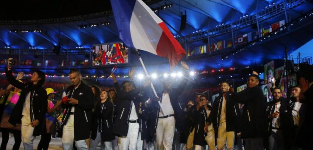 epa05457348 Flag bearer Teddy Riner (C) of France leads his team into the Maracana Stadium during the Opening Ceremony of the Rio 2016 Olympic Games in Rio de Janeiro, Brazil, 05 August 2016.  EPA/SERGEY ILNITSKY